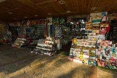 Filas del mercado con las mercancías turcas tradicionales Foto de archivo