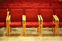 Filas del sillas en pasillo vacío de la presentación. Fotografía de archivo