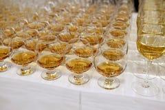 Filas hermosas de los vidrios, whisky Foto de archivo