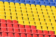 Filas multicoloras de asientos en un estadio de fútbol Fondo abstracto de sitios vacíos imagen de archivo libre de regalías