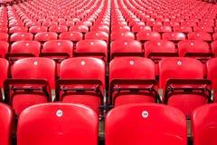 Filas rojas vacías de las sillas imágenes de archivo libres de regalías