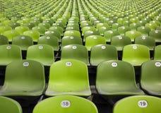 Filas sin fin de asientos verdes en el estadio Fotografía de archivo