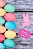 Filas verticales de huevos coloreados Fotografía de archivo libre de regalías