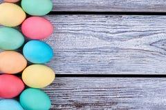 Filas verticales de los huevos de Pascua Foto de archivo