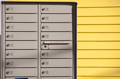 Filas y pared de la caja con el apartadero amarillo Imagenes de archivo
