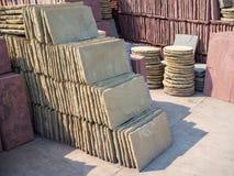 Filas y pilas de placas de piedra para la decoración del jardín fotografía de archivo