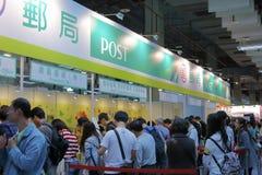 Filatelisten die omhoog zegels een rij vormen te kopen Stock Fotografie
