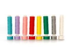 Filati cucirini multicolori in una riga fotografia stock libera da diritti