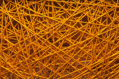 Filati di lana, filati di lana fra i chiodi del ferro, filati di lana fra i chiodi del ferro su una base di legno Immagini Stock