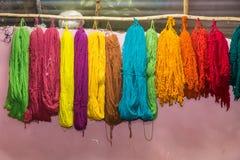 Filati variopinti fatti tradizionalmente del lama e dell'alpaga in montagne delle Ande vicino a Cusco Perù Fotografia Stock