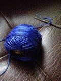 filato blu su marrone Immagini Stock