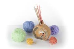 Filato colorato su un fondo bianco Matasse del filato di lana per tricottare Palle di lana con i raggi dei colori differenti per Fotografie Stock Libere da Diritti