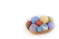 Filato colorato su un fondo bianco Matasse del filato di lana per tricottare Palle di lana dei colori differenti per fatto a mano Fotografie Stock Libere da Diritti