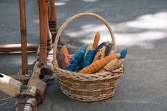 Filato di lana casalingo in un canestro sotto un vecchio telaio Fotografia Stock