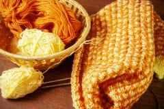 Filato di lana e tricottare Fotografia Stock