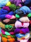 Filato di lana tinto naturale nelle Ande peruviane a Cuzco Immagini Stock Libere da Diritti