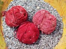 Filato di lana tinto naturale nelle Ande peruviane a Cuzco Immagine Stock Libera da Diritti