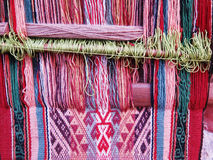 Filato di lana tinto naturale nelle Ande peruviane a Cuzco Fotografia Stock