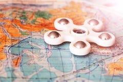 Filatore del giocattolo sulla mappa Fotografia Stock Libera da Diritti