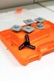 Filatore di alluminio nero sulla cassetta portautensili arancio di colore Fotografia Stock Libera da Diritti