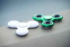 Filatore di irrequietezza di verde e di bianco che allevia giocattolo Tendenze relative ai giocattoli dello anti-sforzo dei bambi Fotografia Stock