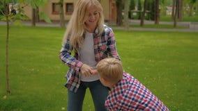 Filatura di amore del parco di divertimento del figlio della madre della famiglia archivi video