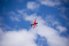 Filatura piana di acrobazia dell'aeroplano di modello Immagini Stock