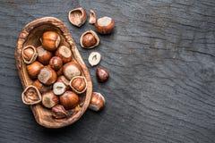 Filberts lub hazelnuts w drewnianym pucharze na stole obrazy stock