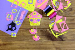 Filc ściany ornament Colourful domowy ornament z ptakami i kwiatami Wykonuje ręcznie materiały i narzędzia na drewnianym stole Fotografia Royalty Free