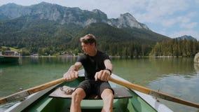 File belle dell'uomo sulla barca nel lago della montagna stock footage