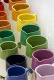 File con i barattoli ceramici lustrati variopinti, vasi da fiori, vasi per la s Immagine Stock
