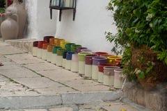 File con i barattoli ceramici lustrati variopinti, vasi da fiori, vasi per la s Fotografie Stock