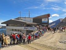 File d'attente à la gare moyenne de Kitzsteinhorn photo stock