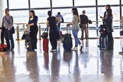 File d'attente dans le salon de départ de l'aéroport Brajas de Madrid Images libres de droits