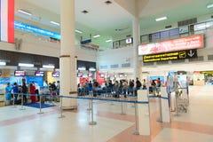 File d'attente de passager près des bureaux d'enregistrement dans l'aéroport Photos stock