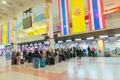 File d'attente de passager près des bureaux d'enregistrement dans l'aéroport Photographie stock