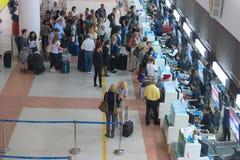 File d'attente de passager près des bureaux d'enregistrement dans l'aéroport Photo stock