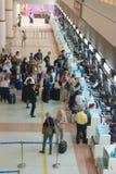 File d'attente de passager près des bureaux d'enregistrement dans l'aéroport Photos libres de droits