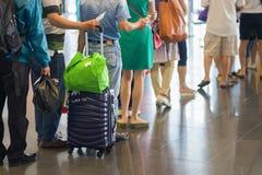 File d'attente de plan rapproché des personnes asiatiques attendant à la porte d'embarquement à l'aéroport Photos libres de droits