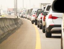 File d'attente de voiture dans la mauvaise route du trafic Photos stock