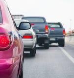 File d'attente de voiture dans la mauvaise route du trafic Images libres de droits