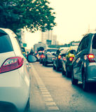 File d'attente de voiture dans la mauvaise route du trafic Image stock