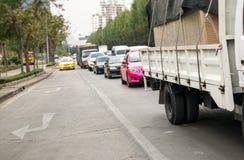 File d'attente de voiture dans la mauvaise route du trafic Images stock