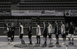 File d'attente des joueurs de basket photos libres de droits