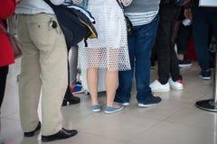 File d'attente des personnes asiatiques attendant à la porte d'embarquement à l'aéroport closeup Photos libres de droits