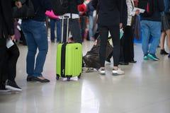 File d'attente des personnes asiatiques attendant à la porte d'embarquement à l'aéroport closeup Image stock