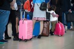 File d'attente des personnes asiatiques attendant à la porte d'embarquement à l'aéroport closeup Photographie stock libre de droits