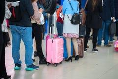 File d'attente des personnes asiatiques attendant à la porte d'embarquement à l'aéroport closeup Image libre de droits