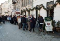 File d'attente pour des beignets d'A.Blike à Varsovie image stock