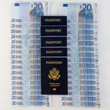 File degli euro e dei passaporti Immagine Stock